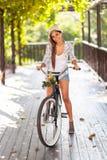 Vélo d'équitation de femme Photographie stock
