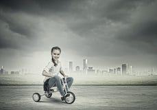 Vélo d'équitation de fille Image libre de droits