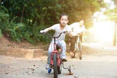 Vélo d'équitation de grand-mère et de petite-fille extérieur Photo libre de droits