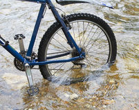Vélo dans l'eau Image stock