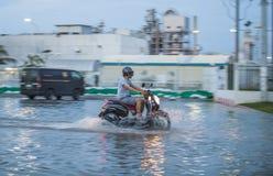 Vélo dans l'inondation de l'eau Photos libres de droits