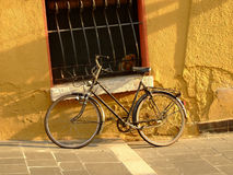 Vélo dans le coucher du soleil images stock