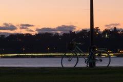 Vélo dans le coucher du soleil Photographie stock libre de droits