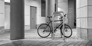 Vélo dans le paysage urbanisé photographie stock libre de droits