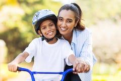 Vélo de enseignement de fils de mère Photos libres de droits