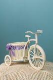 Vélo de jouet sur un fond bleu Photographie stock