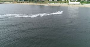 Vélo de l'eau le long de la plage clips vidéos