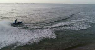 Vélo de l'eau le long de la plage banque de vidéos