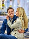 Vélo de marche des couples en parc et promenade de baisers extérieure Photos stock