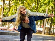 Vélo de marche des couples en parc et promenade de baisers extérieure Photos libres de droits