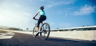 Vélo de montagne d'équitation de cycliste sur la route photo libre de droits