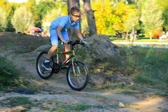 Vélo de montagne d'équitation d'enfant Photographie stock