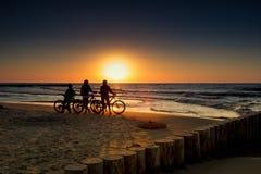 Vélo de montagne dans le coucher du soleil Images libres de droits