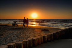 Vélo de montagne dans le coucher du soleil Image libre de droits