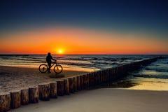 Vélo de montagne dans le coucher du soleil Photo stock