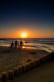 Vélo de montagne dans le coucher du soleil photographie stock