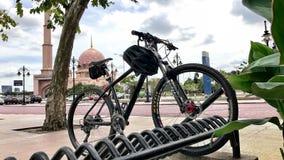 Vélo de montagne devant Masjid Putra, Putrajaya photos libres de droits