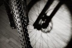 Vélo de montagne en appartement Image stock