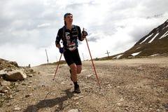 Vélo de montagne et competiton de runnig Photographie stock libre de droits