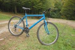Vélo de montagne sur la route Photographie stock libre de droits