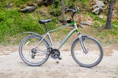 Vélo de montagne sur un chemin de gravier photographie stock