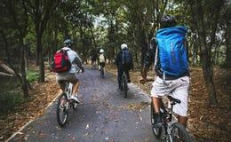 Vélo de montagne de tour d'amis dans la forêt Photo libre de droits