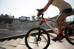 Vélo de monte en bas de rampe de passage supérieur photographie stock