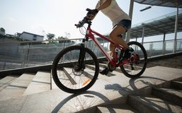 Vélo de monte en bas de rampe de passage supérieur photos stock
