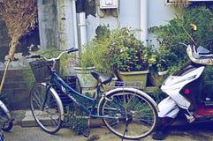 Vélo de Pékin Hutong et vélo de moteur Photos stock