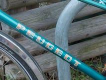 Vélo de Peugeot de vintage images libres de droits