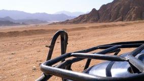 Vélo de quadruple dans le désert de l'Egypte banque de vidéos