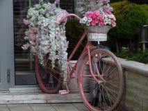 Vélo de Repurposed utilisé comme décoration de jardin avec des fleurs Récipient de fleur images stock