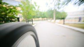 Vélo de sport - été d'équitation de perspective de roues et de route de bicyclette Plan rapproché montant une roue de bicyclette Image stock