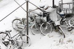 Vélo de tempête de neige Photographie stock libre de droits