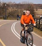 Vélo de tour d'homme avec le chat Image stock