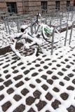 Vélo de ville dans la neige Photos libres de droits