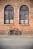 Vélo de ville sous un mur Photographie stock
