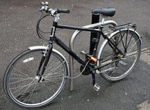 Vélo en dehors d'un magasin photos stock