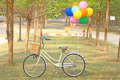 Vélo et ballon Photographie stock