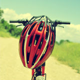 Vélo et casque de montagne Image stock