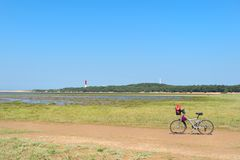Vélo et phare à la côte atlantique française photos stock