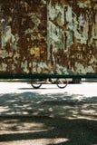 Vélo et voiture passant un panneau d'affichage photographie stock