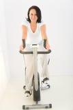 vélo exerçant la femme de rotation images stock