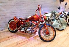 Vélo fait sur commande sur le podium de l'exposition de moto photo stock