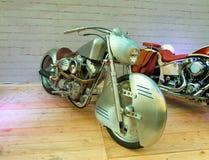 Vélo fait sur commande sur le podium de l'exposition de moto photo libre de droits