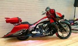 Vélo fait sur commande sur le podium de l'exposition de moto photographie stock