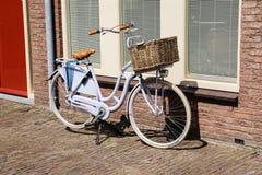 Vélo garé près de la maison Images libres de droits