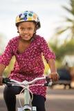 Vélo heureux d'équitation de fille image stock