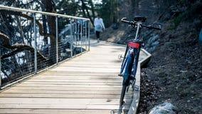 Vélo hybride de rue de sport sur la plate-forme en bois par l'eau images stock