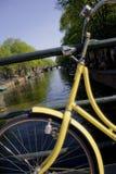 Vélo jaune Photos libres de droits